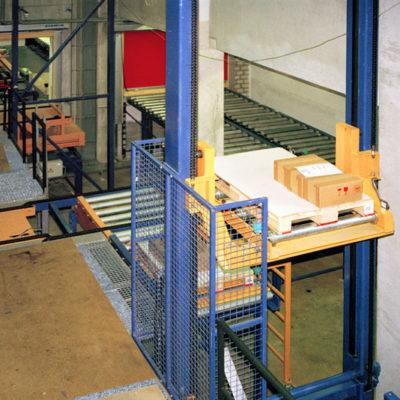 Senkrechtfoerderer Logistik Systeme Paletten Materialflusssysteme Baust